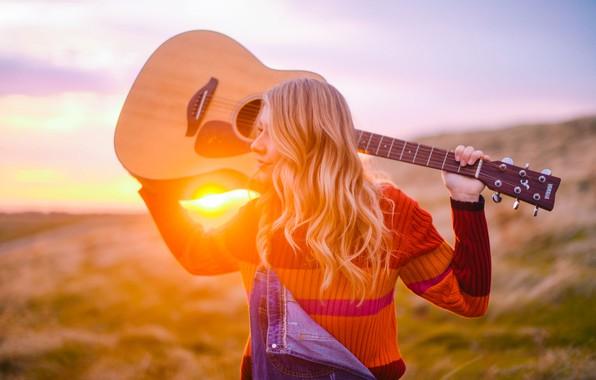 Картинка закат, гитара, блондинка