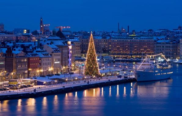 Картинка ночь, город, река, праздник, корабль, новый год, дома, рождество, причал, ёлка, Стокгольм, Швеция, гирлянды, огн, …