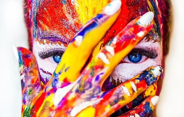 Картинка глаза, девушка, лицо, краски, рука, пальцы