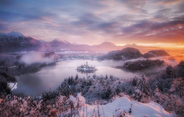Картинка зима, небо, облака, свет, снег, туман, вечер, пар, дымка, Словения, Бледское озеро, Юлийские Альпы, горное …