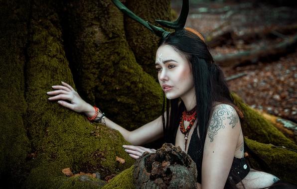 Картинка лес, девушка, корни, мох, рога, татуировки, Silent Purr