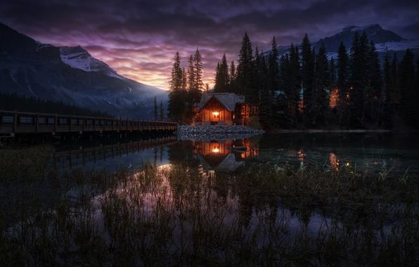 Картинка деревья, горы, огни, озеро, вечер, Канада, домик, Британская Колумбия, Канадские Скалистые горы, Emerald Lake, Изумрудное …