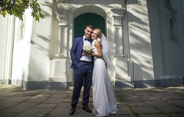 Картинка девушка, любовь, радость, улыбка, букет, платье, пара, мужчина, невеста, свадьба