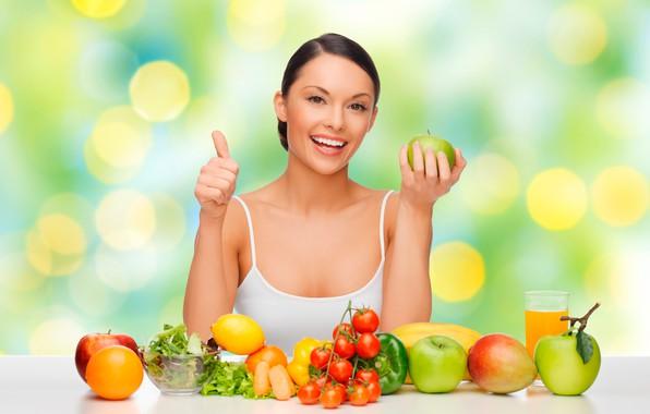 Картинка девушка, стакан, улыбка, блики, фон, лимон, яблоки, фотошоп, апельсин, макияж, майка, брюнетка, сок, прическа, белая, …