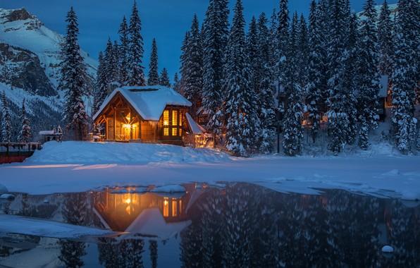 Картинка зима, лес, снег, деревья, горы, огни, озеро, вечер, Канада, домик, Yoho National Park, Emerald Lake