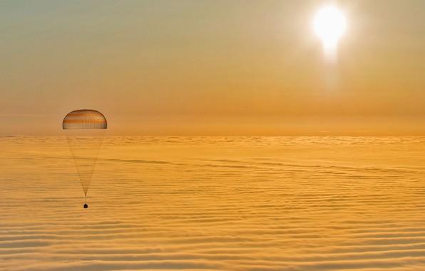 Картинка облака, парашют, Союз, спускаемый аппарат