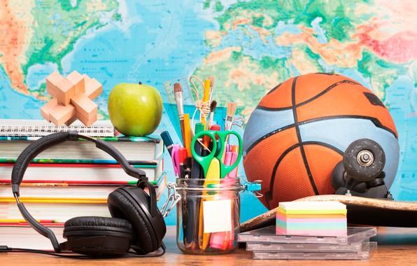Картинка стол, мяч, книги, яблоко, карта, карандаши, наушники, ручки, диски, скейт, ножницы, кисточки, циркуль, канцелярия, линейки