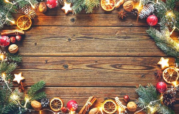 Картинка шарики, дерево, апельсин, печенье, Рождество, Новый год, гирлянды, шишки, фундук, бадьян, грецкие орехи, палочки корицы, …