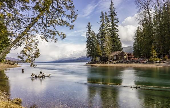 Картинка лес, небо, облака, деревья, горы, озеро, камни, берег, домик, США, Glacier National Park