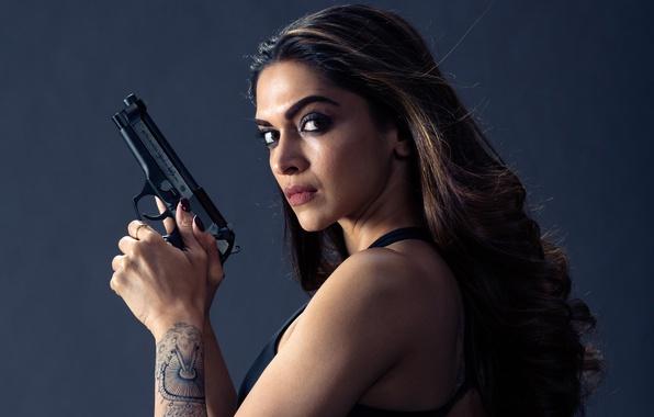 Картинка девушка, пистолет, фон, фильм, макияж, тату, прическа, боевик, Deepika Padukone, Три икса: Мировое господство, xXx: …