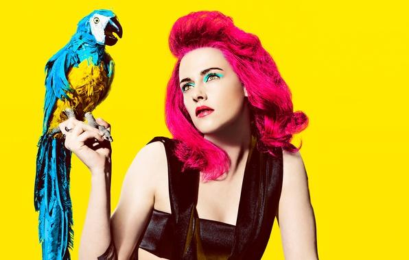 Картинка желтый, фон, птица, волосы, портрет, макияж, актриса, прическа, попугай, наряд, Kristen Stewart, Кристен Стюарт, фотосессия, …