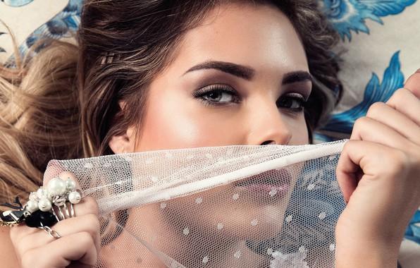 Картинка глаза, взгляд, девушка, милая, модель, макияж, кольцо, губы, красавица, лежит, girl, губки, красивая, прелесть, кудри, …