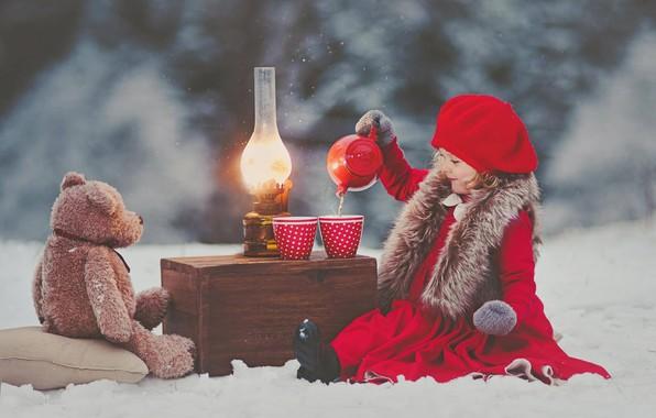 Картинка зима, снег, настроение, игрушка, лампа, чаепитие, девочка, медвежонок, ящик, плюшевый мишка