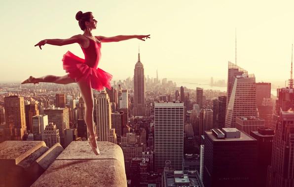 Картинка крыша, девушка, город, поза, высота, дома, танец, фигура, платье, прическа, панорама, грация, шатенка, ножки, балерина, …