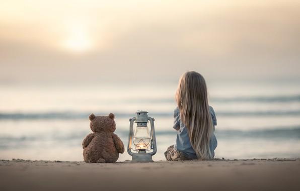 Картинка песок, море, настроение, игрушка, девочка, фонарь, медвежонок, плюшевый мишка
