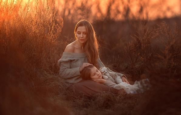 Картинка трава, закат, мама, дочка