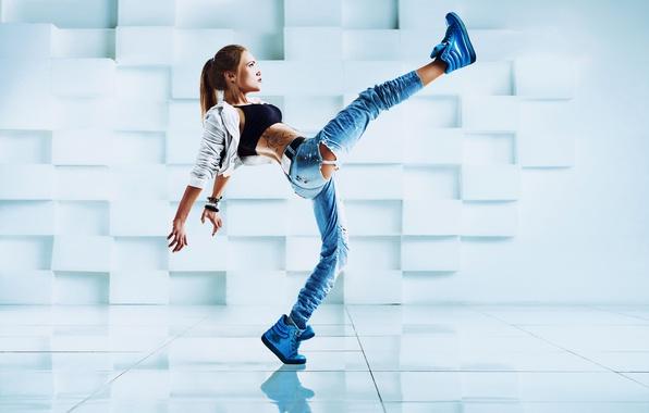 Картинка девушка, поза, танец, джинсы, тату, куртка, прическа, шатенка, маечка, кроссовки, рваные