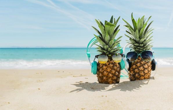 Картинка песок, море, пляж, лето, отдых, наушники, очки, summer, ананас, happy, beach, каникулы, sea, headphones, sand, …