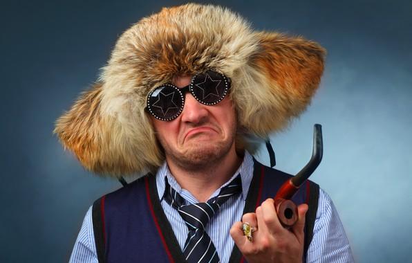 Картинка фон, шапка, портрет, трубка, очки, галстук, мех, мужчина, рубашка, перстень, гримаса, жилетка
