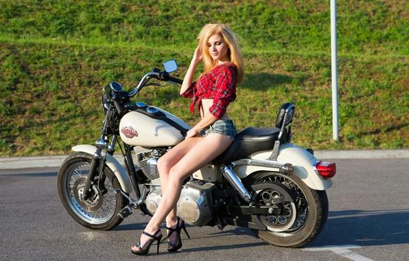 Картинка асфальт, солнце, шорты, макияж, фигура, стройная, прическа, блондинка, мотоцикл, туфли, рубашка, байк, ножки, сексуальная