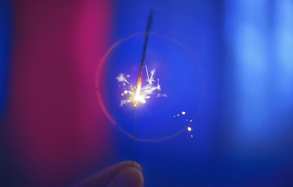 Картинка макро, фон, праздник, пальцы, бенгальский огонь
