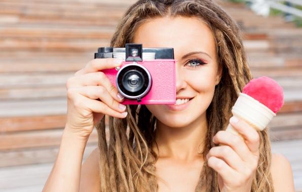 Картинка девушка, прическа, фотоаппарат, мороженое, косички, шатенка, дреды, боке
