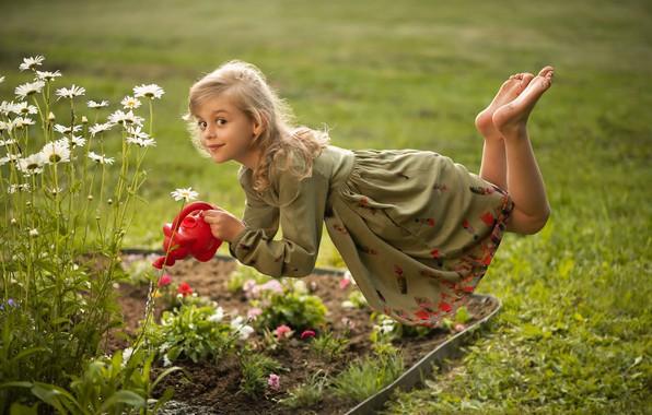 Картинка взгляд, цветы, настроение, ромашки, ситуация, платье, девочка, лейка, клумба, левитация