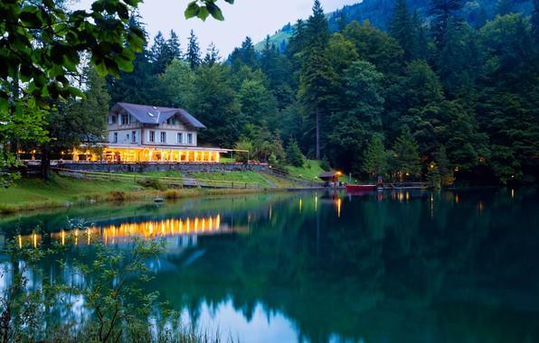 Картинка зелень, лес, деревья, горы, огни, озеро, дом, лодка, вечер, Швейцария, причал, Kander Valley