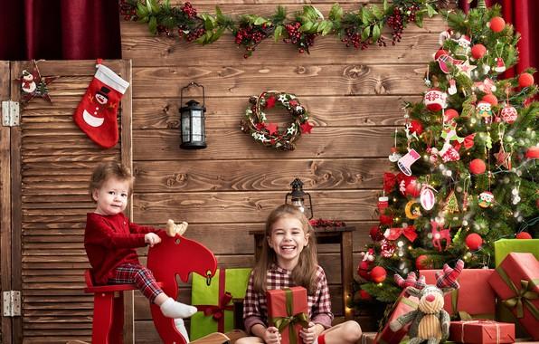 Картинка украшения, радость, дети, фото, настроение, игрушки, елка, девочка, фонарь, подарки, Новый год, декор