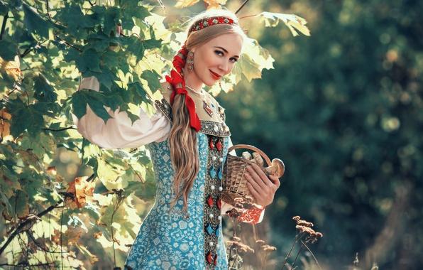 Картинка лес, девушка, украшения, листва, грибы, блондинка, лента, наряд, коса, клён, русская, боке, сарафан, лукошко, русская …