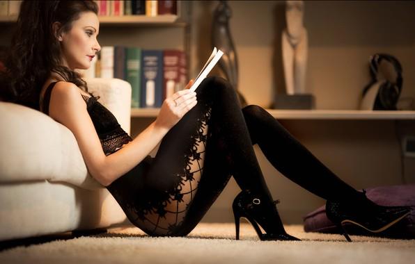 Картинка девушка, комната, диван, ковёр, макияж, брюнетка, туфли, профиль, колготки, топ, журнал, локоны, полки, Paolo Carlo …