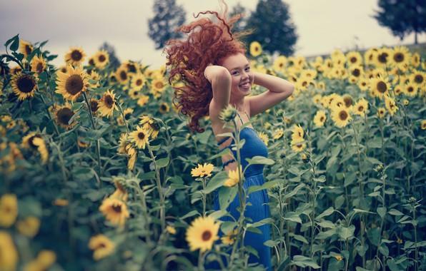 Картинка поле, девушка, подсолнухи, улыбка, настроение, волосы, рыжая, кудри, рыжеволосая