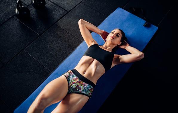 Картинка девушка, синий, поза, фигура, лежит, шортики, коврик, спортивная, топик, фитнес, на полу, тренировка, отжимания, гири