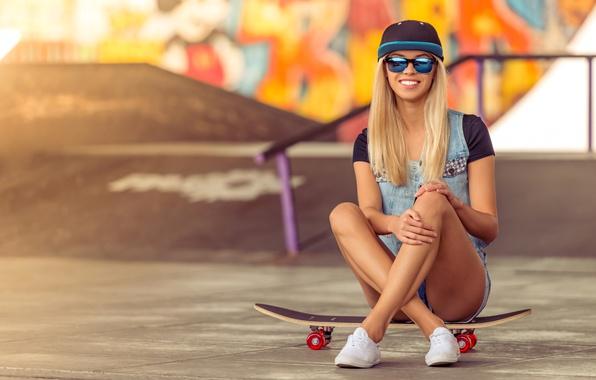 Картинка поза, улыбка, стена, настроение, граффити, шорты, кеды, очки, прическа, блондинка, кепка, доска, скейт, площадка, боке, …
