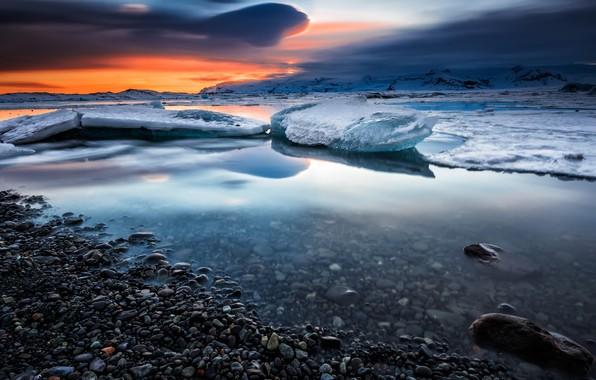 Картинка лед, зима, небо, облака, снег, пейзаж, закат, горы, тучи, природа, галька, отражение, синева, камни, берег, …