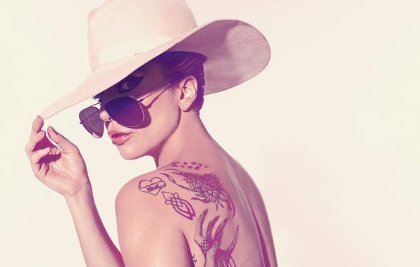 Картинка солнце, фон, спина, шляпа, макияж, актриса, тату, очки, прическа, певица, фотосессия, Леди Гага, Lady GaGa, …
