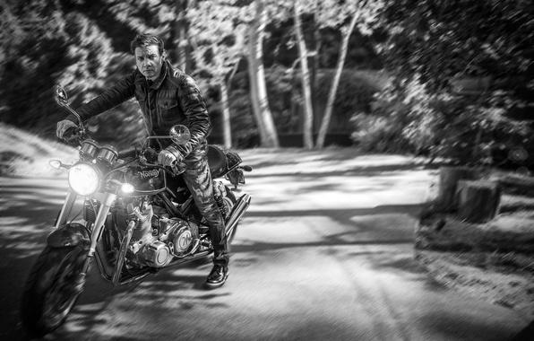 Картинка дорога, лес, деревья, фон, джинсы, размытие, куртка, мотоцикл, актер, черно-белое, байкер, байк, фотосессия, свет фар, …