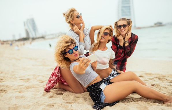 Картинка песок, море, пляж, радость, девушки, очки, блондинки, улыбки, боке, подружки, селфи