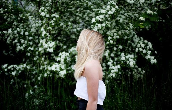 Блондинка в профиль с цветами