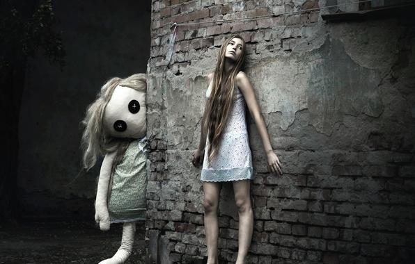 Фото обои город, босая, ночнушка, стена, кукла, девушка, сон