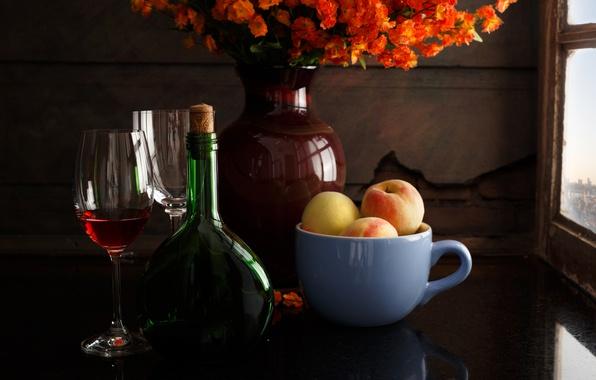 Картинка цветы, стиль, вино, бутылка, бокалы, кружка, ваза, натюрморт, персики