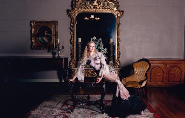Картинка поза, стол, яблоко, интерьер, ковёр, картина, кресло, свечи, макияж, фигура, платье, актриса, зеркало, прическа, блондинка, ...