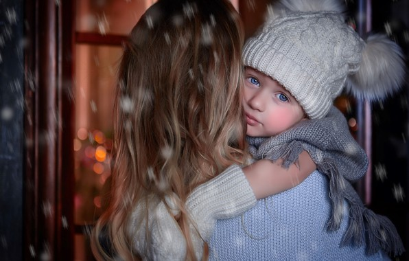 Картинка зима, взгляд, снег, женщина, шарф, малыш, помпоны, мама, ребёнок, шапочка, варежки