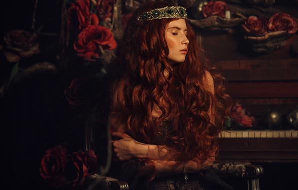Картинка девушка, украшения, темнота, комната, розы, рыжая, фортепиано, пианино, диадема, принцесса, локоны, закрытые глаза, длинноволосая