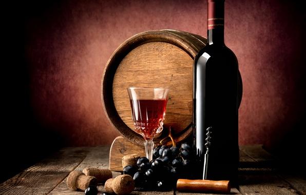 Картинка стол, вино, красное, доски, бокал, бутылка, виноград, пробки, полумрак, бочка, штопор