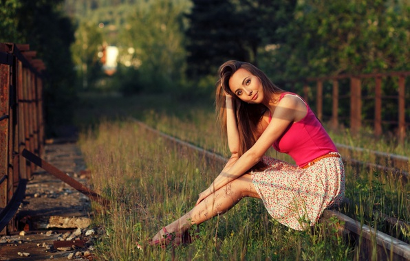 Картинка трава, девушка, солнце, деревья, рельсы, юбка, макияж, майка, ограждение, прическа, туфли, железная дорога, шатенка, ножки, ...