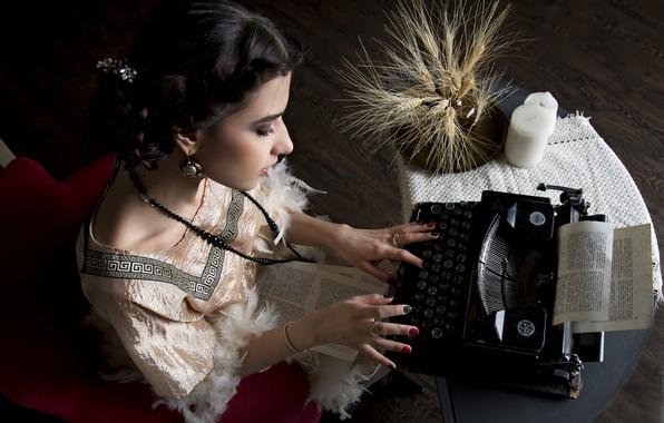 Картинка девушка, печатная машинка, колосья, маникюр, машинистка