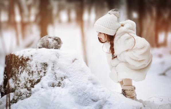 Картинка зима, снег, шапка, кролик, девочка, косичка, шубка