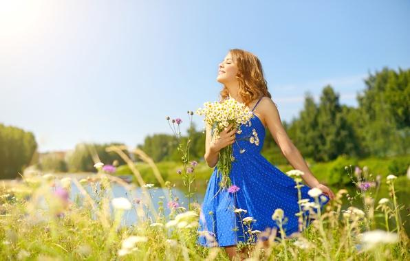 Картинка лето, небо, глаза, девушка, солнце, деревья, цветы, природа, ромашки, букет, платье, прическа, речка, стоит, синее, …