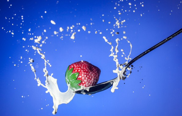 Картинка брызги, молоко, клубника, ягода, ложка